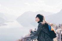 Mulher, vista sobre o lago e montanhas — Fotografia de Stock