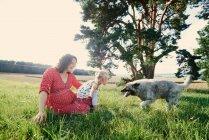 Femme enceinte avec fille — Photo de stock