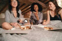 Girls eating pizza — Stock Photo