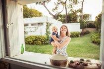 Porträt einer Mutter, die ihren kleinen Sohn hält — Stockfoto