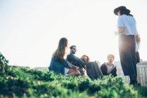 Групи друзів, що сидять разом — стокове фото
