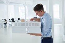 Mann im Großraumbüro — Stockfoto