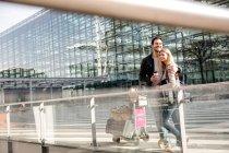 Couple avec café et bagage trolley — Photo de stock