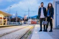 Couple en attente sur la plate-forme du tramway — Photo de stock