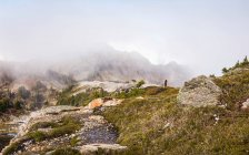Туристы, глядя на облака на горные вершины — стоковое фото