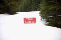 Warnschild auf schneebedeckter Landschaft — Stockfoto