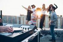 Groupe d'amis appréciant la partie de toit — Photo de stock