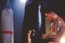 Боксер, заняття в тренажерному залі — стокове фото