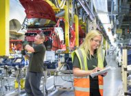 Weibliche Wagenmeister im Automobilwerk — Stockfoto