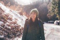 Weibliche Wanderer Wandern entlang Forststraße — Stockfoto