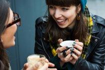 Junge Frauen, Schröpfen, Kaffee und Tee — Stockfoto