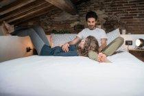 Пара, лежачи на ліжку — стокове фото