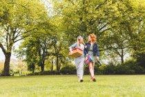 Две женщины, идущие через поле — стоковое фото