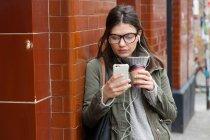 Donna guardando smartphone — Foto stock