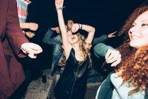Групи друзів, танці — стокове фото