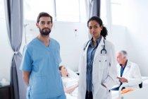 Ärzte im Krankenhaus, Blick in die Kamera — Stockfoto