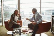 Бизнесмен и предпринимательница в сфере кофе в офисе — стоковое фото