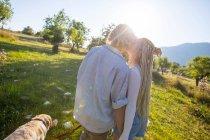 Пара вигулює собаку в сонячної галузі сільського — стокове фото