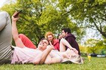 Група друзів розслабляючий на пікніку ковдру — стокове фото