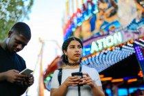Zwei Freunde auf Kirmes — Stockfoto