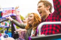 Grupo de amigos em passeio de feiras — Fotografia de Stock