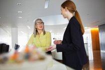 Unternehmerinnen im Rezeptionsbereich sprechen — Stockfoto