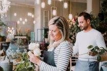 Zwei Floristen arrangieren Blumen — Stockfoto