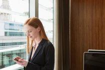 Femme d'affaires à l'aide de téléphone portable — Photo de stock
