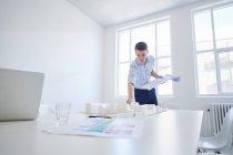 Architetto in ufficio con progetto — Foto stock