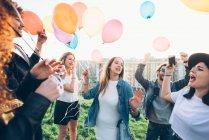 Gruppo di amici che godono della festa del tetto — Foto stock