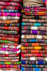 Farbenfrohe Stoffe am Marktstand — Stockfoto