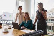 Жінки в бізнесі підготовці презентації, кімната для нарад — стокове фото