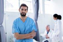 Врач в больнице смотрит в камеру — стоковое фото