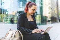 Empresária digitando no laptop — Fotografia de Stock