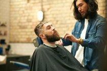 Parrucchiere taglio clienti barba — Foto stock