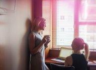 Жінка, використовуючи ноутбук, друг поруч — стокове фото