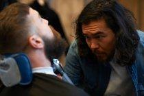 Дамский парикмахер обрезки клиентов борода — стоковое фото