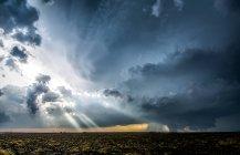 Raggi crepuscolari attraverso nuvole intorno temporali a supercella — Foto stock