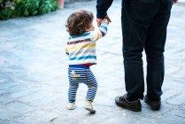 Vater mit Sohn zu Fuß — Stockfoto