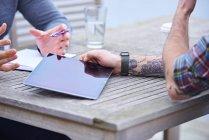 Equipo de diseño con tableta digital - foto de stock