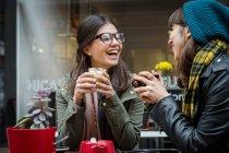 Молодые женщины в тротуаре кафе — стоковое фото