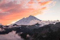 Nuvens sobre a neve cobriu montanhas — Fotografia de Stock