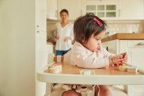 Mädchen spielen mit Spielzeug — Stockfoto