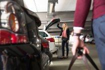Женщина ждет бойфренд в открытом автомобиле загрузки — стоковое фото