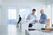 Architekten im Büro betrachten Architekturmodell — Stockfoto