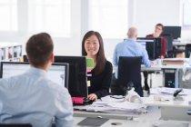 Колеги, працюючи в офісі — стокове фото