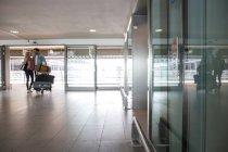 Пара с терминала аэропорта тележки багажа — стоковое фото