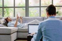 Homens usando o laptop e tablet digital — Fotografia de Stock