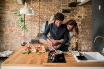 Paar kocht Fischküche in der Küche — Stockfoto