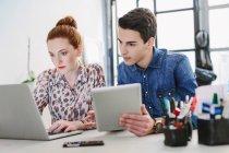 Колеги, використовуючи цифровий планшет і ноутбук — стокове фото